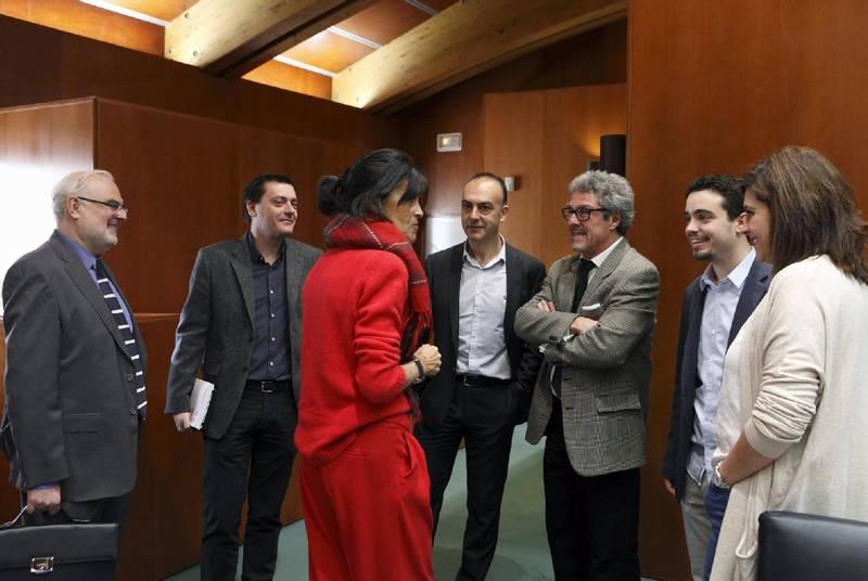 Los miembros de la comisión de Educación de las Cortes, con el director general de Política Lingüística, José Ignacio López Susín (a la izquierda). - Foto:SERVICIO ESPECIAL