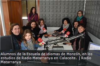 Alumnos de la Escuela de idiomas de Monzón, en los estudios de Radio Matarranya en Calaceite.