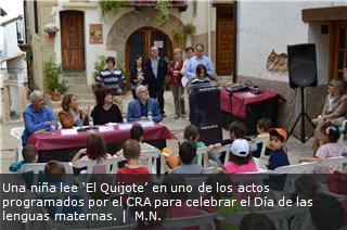 Una niña lee 'El Quijote' en uno de los actos programados por el CRA para celebrar el Día de las lenguas maternas.
