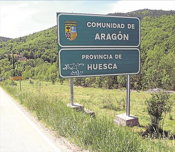 Un cartel marca el paso de Cataluña a Aragón en el Cinca Medio. - EL PERIÓDICO / LA INTERSECTORIAL