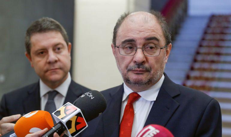 El presidente de Castilla-La Mancha, Emiliano García-Page (i) y el presidente de Aragón, Javier Lambán (d), durante la visita que realizan a la Real Academia Española.
