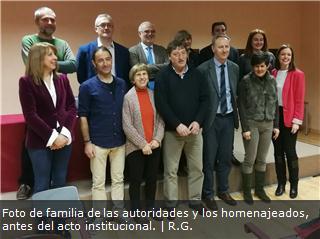 Foto de familia de las autoridades y los homenajeados, antes del acto institucional.