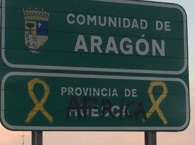 Una pintada xenófoba en la frontera entre Huesca y Lérida crea polémica en RR.SS - SERVICIO ESPECIAL