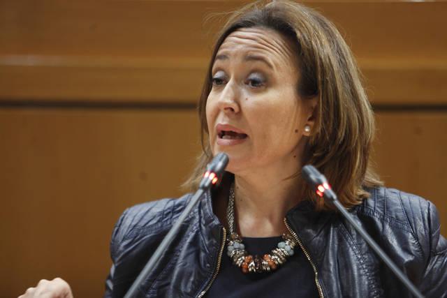 La consejera de Educación y Cultura del Gobierno de Aragón, Mayte Pérez, en el pleno de las Cortes.