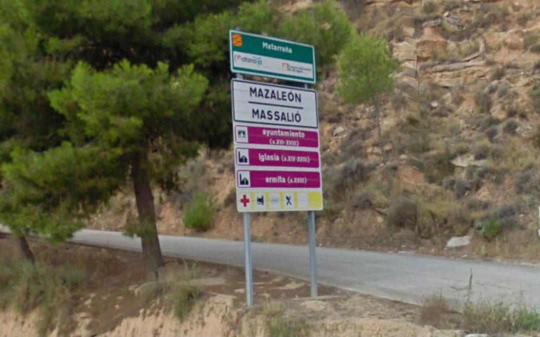Cartel de Mazaleón en los dos idiomas, localidad en la que se votó a favor por unanimidad
