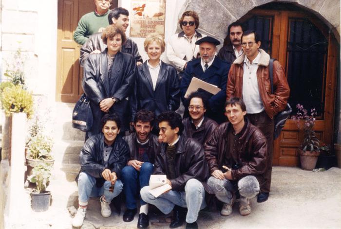 Alguns dels fundadors de l'Associació Cultural Del Matarranya, davant la casa del poeta Desideri Lombarte (Pena-roja, 5 d'abril de 1990). / Sigrid Schmidt von der Twer