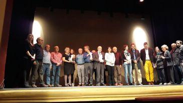 Fotografía de grupo de los premiados, junto con las autoridades y los promotores de los premios