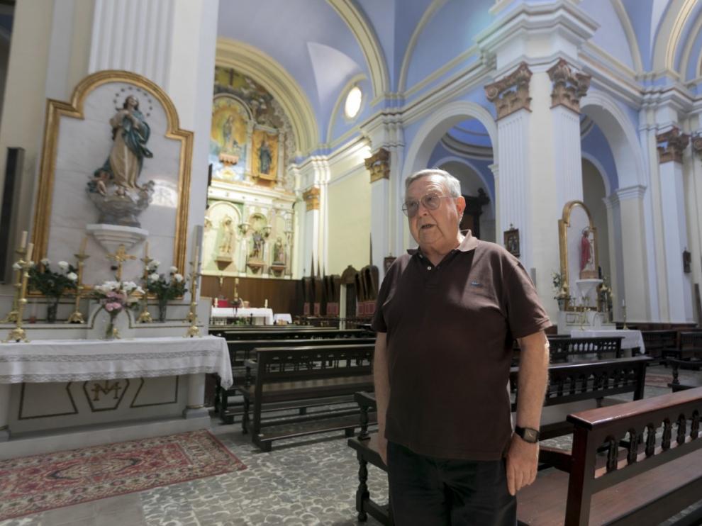 El párroco de Alcolea de Cinca y ecónomo de la diócesis, José Huerva, en su iglesia.